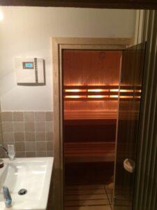 Saunadeur in badkamerwand
